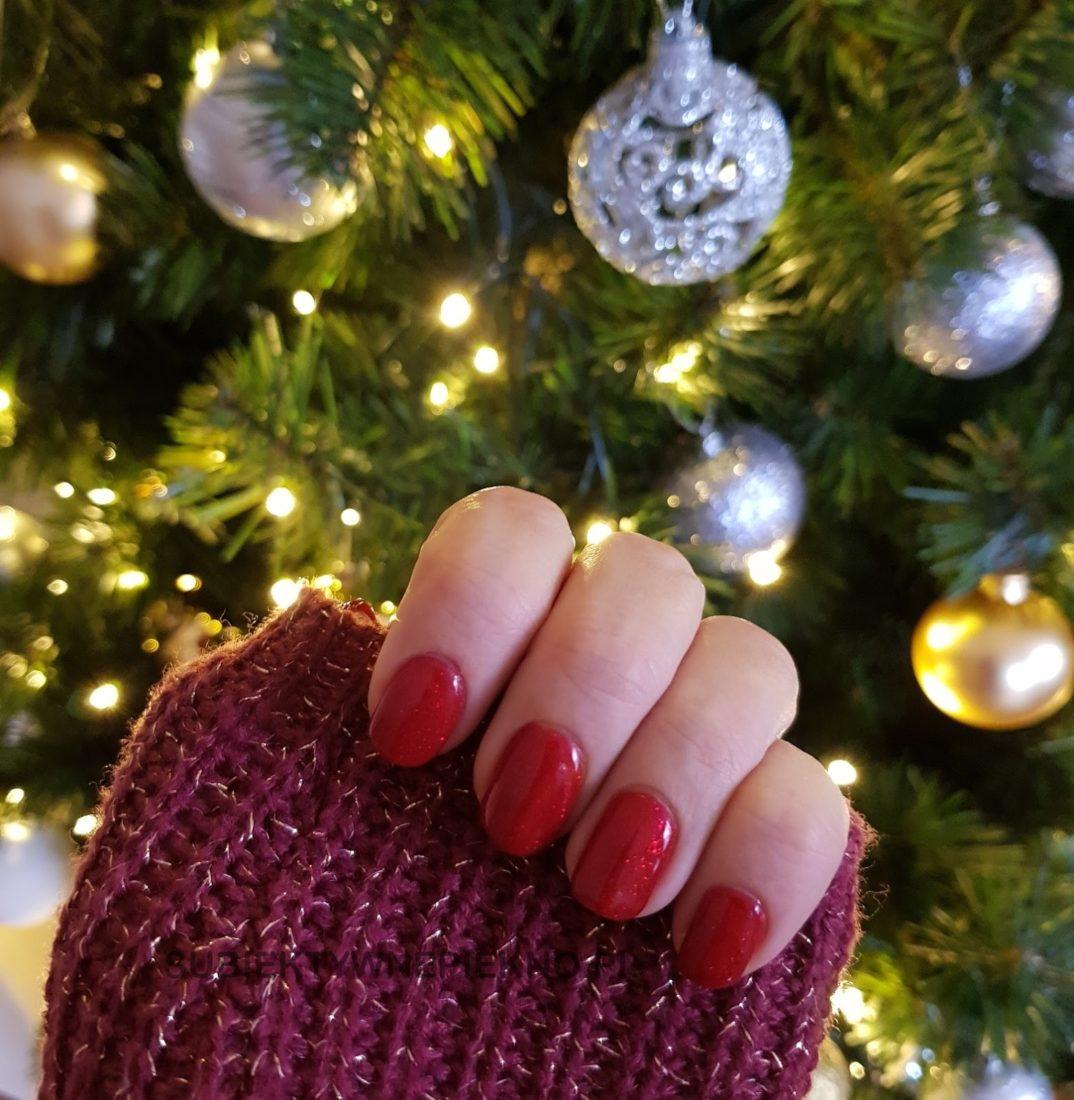 Indigo Catwalk swatche na paznokciach- piękna czerwień z drobinkami na święta i sylwestra