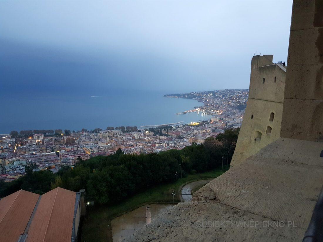 Widok na Neapol z zamku Sant'Elmo widok na miasto po zachodzie słońca