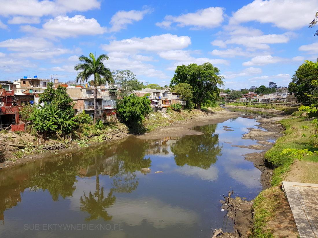 Kuba Sancti Spiritus - rzeka i biedne budynki