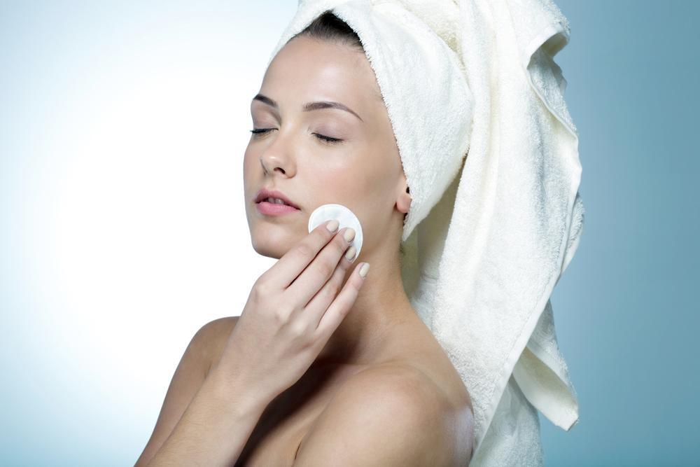 Jak prawidłowo myć twarz? Czego najlepiej używać do mycia buzi? Błędy w pielęgnacji