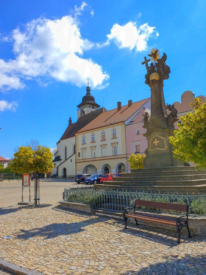 Nowe miasto nad Metują rynek, co zobaczyć Czechy